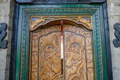 Rzeźbiący drewniani drzwi balijczyka dom, Bali, Indonezja obraz royalty free