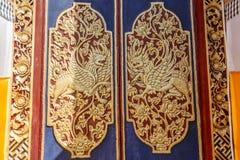 Rzeźbiący drewniani drzwi wejściowe bramy Hinduska balijczyk świątynia, Buruan, Bali, Indonezja Kwadratowy wizerunek zdjęcia royalty free