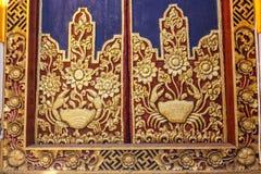 Rzeźbiący drewniani drzwi wejściowe bramy Hinduska balijczyk świątynia, Buruan, Bali, Indonezja Kwadratowy wizerunek fotografia stock