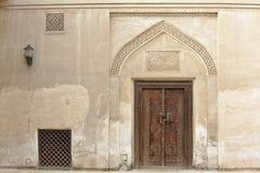 Rzeźbiący drewniany drzwi i ozdobny drzwi w Bahrajn obraz royalty free