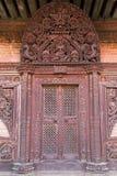 Rzeźbiący drewniany drzwi przy świątynią w Bhaktapur Zdjęcie Royalty Free