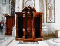 Rzeźbiący Drewniany konfesjonał w świętego Peter ` s bazylice zdjęcia royalty free