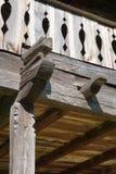 Rzeźbiący drewniany poręcza szczegół nieociosany stary dom fotografia stock