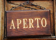 Rzeźbiący drewniany signboard z złocisty teksta mówić Otwarty Obraz Royalty Free