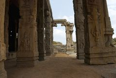 Rzeźbiący filary Kalyana Mandapa, Boski małżeństwo Hall, Achyuta Raya świątynia, Hampi, Karnataka Święty centrum Ogólny widok fr zdjęcia royalty free