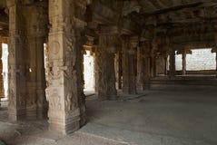 Rzeźbiący filary Kalyana Mandapa, Boski małżeństwo Hall, Achyuta Raya świątynia, Hampi, Karnataka Święty centrum Wewnętrzny widok zdjęcie royalty free