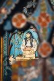 Rzeźbiący i malujący drewniani krzyże w Wesoło cmentarzu w Sapanta, Rumunia Tamte cmentarz jest un Fotografia Stock