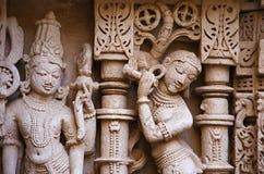Rzeźbiący idol na wewnętrznej ścianie Rani ki vav, w zawiły sposób budujący stepwell na bankach Saraswati rzeka Patan, Gujarat zdjęcie stock