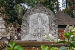 Rzeźbiący kamień przy balijczyk Hinduską świątynią Pura Tirta Empul, Tampaksiring, Bali, Indonezja zdjęcie stock