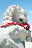 Rzeźbiący kamienni lwy stoi w Chińskiej świątyni Fotografia Stock