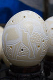 Rzeźbiący Strusi jajko Fotografia Royalty Free