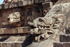 Rzeźbiący szczegóły Quetzalcoatl ostrosłup przy Teotihuacan ruinami - Meksyk Obrazy Royalty Free