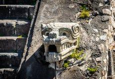 Rzeźbiący szczegóły Quetzalcoatl ostrosłup przy Teotihuacan ruinami - Meksyk, Meksyk fotografia royalty free