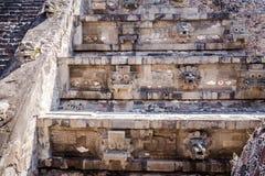 Rzeźbiący szczegóły Quetzalcoatl ostrosłup przy Teotihuacan ruinami - Meksyk, Meksyk zdjęcia royalty free