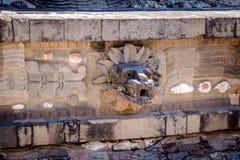 Rzeźbiący szczegóły Quetzalcoatl ostrosłup przy Teotihuacan ruinami - Meksyk, Meksyk obraz royalty free