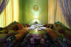 rzeźbiący szklany porcja kanap stół Obrazy Royalty Free