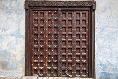 Rzeźbiący tradycyjny zanzibarian drzwi Obrazy Stock