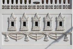 Rzeźbiący wzory dekorują ścianę budynek (Tajlandia) zdjęcia royalty free