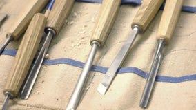 Rzeźbić ścinaki na stole Artystyczni drewien narzędzia zdjęcie wideo