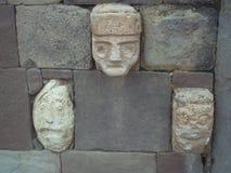 Rzeźbić głowy na ścianach Tiwanaku świątynia fotografia stock