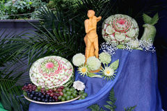 Rzeźbić na świeżych warzywach i owoc Fotografia Stock