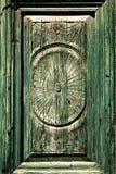 Rzeźbić na frontowych zielonych drzwi strajkach Fotografia Stock