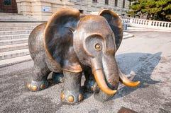 Rzeźbi Afrykańskiego słonia Gottfried Kumpf przy drzwi muzeum historia naturalna, Wiedeń Obrazy Stock