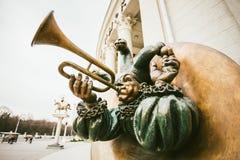 Rzeźbi błazenu akrobata z drymbami w Belarusian cyrku W M Zdjęcie Royalty Free