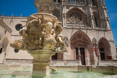 Rzeźbi fontannę i Santa Maria katedrę w Burgos Zdjęcia Stock