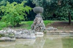 Rzeźbi fontannę kapitał Włochy, od którego płynie w sztucznego jezioro w parku przy Vila Pamphili w Rzym woda Zdjęcia Stock