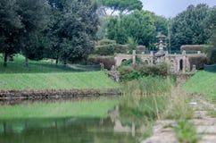 Rzeźbi fontannę kapitał Włochy, od którego płynie w sztucznego jezioro w parku przy Vila Pamphili w Rzym woda Obraz Stock
