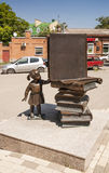 Rzeźbi przed Środkową biblioteką wymieniającą po AP Chekhov miasto Taganrog, na Sierpień 1st 2016 Obraz Stock