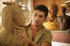Rzeźbiarza artysty młody rzemieślnik pracuje sculpting rzeźbę Zdjęcia Royalty Free