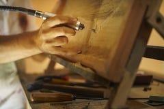 Rzeźbiarza malarza artysta Cyzeluje Drewnianego Bas Relief-2 zdjęcia royalty free