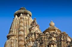 Rzeźbiarzi na szczyciefal tg0 0n w tym stadium Vishvanatha świątyni, Khajuraho, India. Zdjęcia Stock