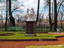 Rzeźbiona grupa w lato ogródzie w wczesnej wiośnie w Kwietniu ja Obraz Royalty Free