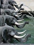 Rzeźbiony fontanna element w kształcie pięć głów słonie z bagażnikami Fotografia Royalty Free