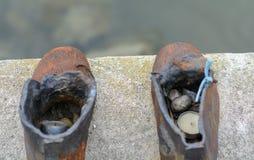 Rzeźbiony skład, obsada od obsady żelaza, reprezentuje 60 par różni mężczyźni, kobiety i dziecko buty, podeptany fotografia stock