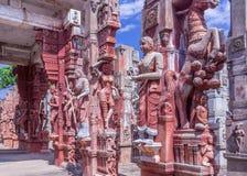 Rzeźby koński wychów, kobiety trzyma papugi, dancingowe kobiety, mężczyzna bawić się bęben, kobiety bawić się veena, Chennai, Jan zdjęcie royalty free