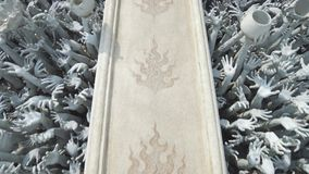Rzeźby ludzkie ręki wtyka z ziemi jak piekło, od sztuki przyciągań pięknego chiang kulturalnego delikatnego khun rai rong zadania zdjęcie wideo