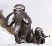 Rzeźby mamuty w Archeopark, Khanty - Mansiysk, Rosja Lokalizował przy stopą glacjalny wzgórze, Archeopark pokazuje lifelike sta Obraz Stock