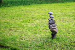 Rzeźba kamienie na trawie Obrazy Stock