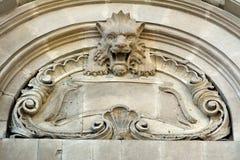 Rzeźba lew na fasadzie architektoniczny budynek w w centrum Baku Zdjęcia Royalty Free