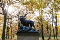Rzeźba lew w lesie Obrazy Royalty Free