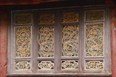 Rze?bi?cy drewniani okno w antycznym mie?cie Lijiang, Yunnan, Chiny zdjęcia stock