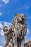 Rzeźbi lwa przewodu normy un enfant przy Pont Alexandre III w Pa Fotografia Stock