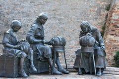 Rze?bi w Offida, trzy kobiety robi tradycyjnej bobiny koronce zdjęcia royalty free
