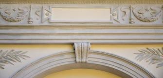 Rzeźbiona ulga nad dachem antyczny crypt w Lvi Obrazy Stock