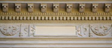 Rzeźbiona ulga nad dachem antyczny crypt w Lvi Obraz Stock