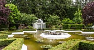 Rzeźbiony fontanna ogród publicznie Obrazy Stock